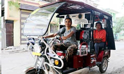 woman e-rickshaw driver